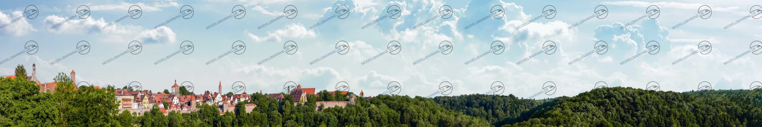 Modellbahn Hintergrund mit mittelalterlicher Stadt Rothenburg auf einem Hügel.