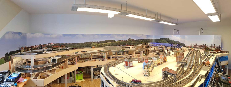 Modelleisenbahn mit Hintergrund von modellbahning